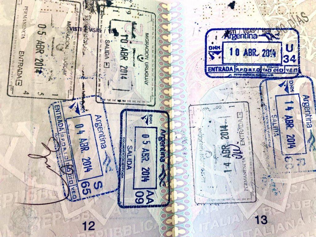 Pasaporte analógico con sellos de migraciones de Uruguay y Argentina