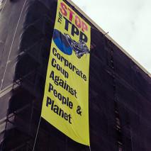 Cartel que denuncia las implicancias negativas del TPP para las personas y el medio ambiente CC BY (cool revolution) NC - ND